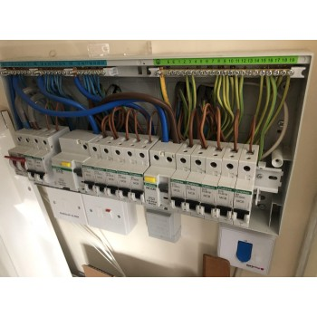 L A INSTALLATIONS the complete electrical company